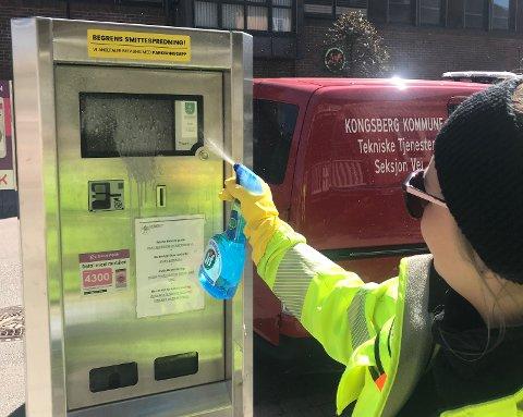 VASK: Nå må parkeringsautomatene vaskes oftere, men ikke bare på grunn av korona-smitte.