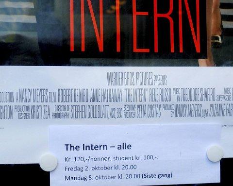 Stengt Kino: Da folk kom for å få med seg den siste visningen av «The Intern» møtte de stengt dør. De som møtte fram får likevel se filmen, nå til halv pris og med gratis popcorn.Foto: Hugo Johansen