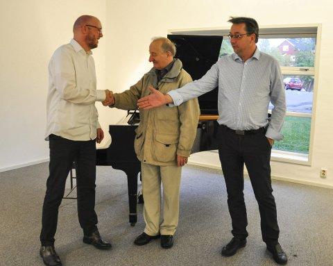 Overtakelse: Simen Vangen, rektor ved Kulturskolen, overtar pianoet fra Einar Grann-Meyer og Børge Larsen. – Dette er den beste løsningen for oss alle, forteller de. Alle   foto: Synne Mauseth