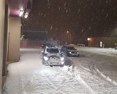 FEILPARKERT: Disse tre bilene hadde parkert rett foran portene til brannstasjonen fredag kveld