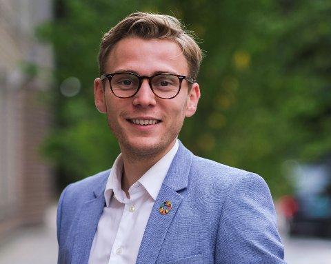 UNG I TRAFIKKEN: Henrik Pettersen Sunde er kommunikasjons- og samfunnskontakt i Ung i Trafikken. Han uroer seg over at holdningene til de unge i trafikken ikke er bedre.