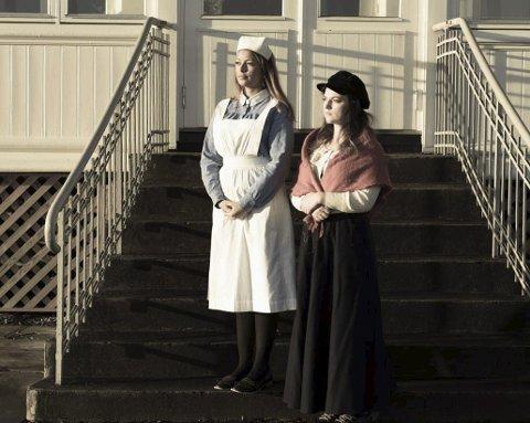 HELE SKOLEN: 70 elever er engasjert i oppsetnigen. Nadja Elise Sandnes (til venstre) og Ida Tvervåg.