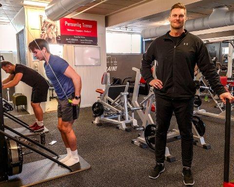 VEILEDER ANDRE: Lasse Edvardsen (t.h. i bildet) har drevet treningssenter i 17 år. Mossinger som har vært innom gym'et ved Sjøbadet for å komme i form får en hel pakke presentert om de spør Lasse om råd.
