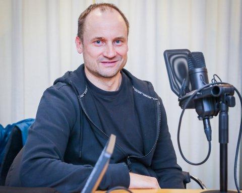 FINT BESØK: Sigurd Rushfeldt sitter bak mikrofon og filter i den siste utgaven av Nordlys' fotballpodkast JoMos Kosmos.