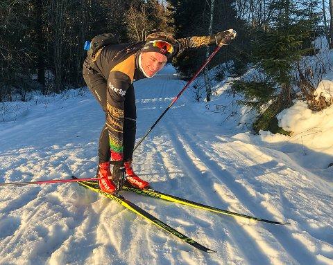 Ådne Strandlie måtte delvis bære skiene opp til Øverby, men derfra var det absolutt brukbare skiforhold på julaften.