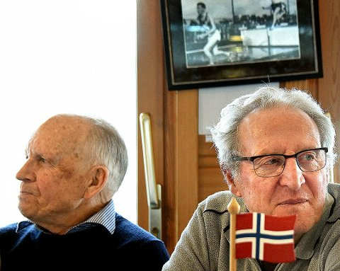 REDDET: I 1962 reddet haldenseren Erling Fosser (t-v) skikongen Ole Ellefsæter (t.h) liv etter at sistnevnte hadde gått gjennom isen. 5. oktober møtes de to igjen i Rakkestad. Her fra et arrangement i Sarpsborg tidligere i år. Foto: Jarl M. Andersen