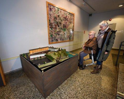 Helge Monsens kone, Kirsten Monsen og hans niese Tordis Monsen Villinger er glade for at modellen ble reddet.