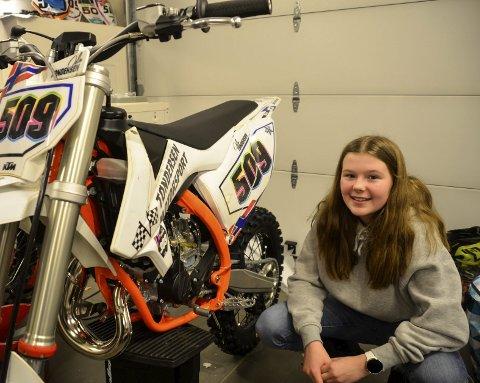 KLAR: Oda Tøndersen, som kjører for Hemnes Motorsportklubb, er ei av to jenter på Team Norway Junior i motocross den kommende sesongen. Til helga møtes landslaget i Oslo. Foto: Trond Isaksen