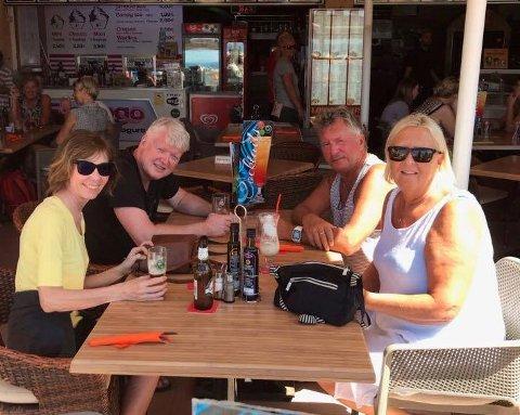 Rita Nyrud (f.v), Bjarne Nyrud, Birger Norø og Gunn Norø i en hyggelig sammenkomst på Gran Canaria for noen dager siden, uvitende hva slags kaos som venter.