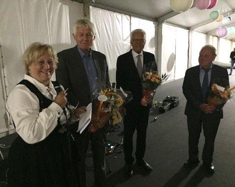 Utdeling av blomster og takk. Fra høyre Torleiv Johnsrud, Finn Grøstad, Gudund Bakke og leder Gerd Anita Fjeldstad