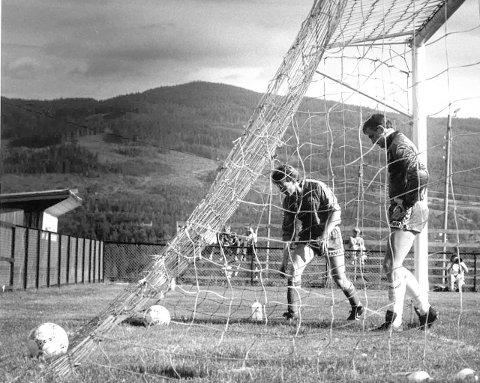 NEDRYKK: Steinar Bråten (t.v.) og Terje Tønnesen må konstatere baklengsmål for Sørumsand i 1989-sesongen. Det endte med nedrykk til nivå fire, men Sørumsand kom tilbake på nivå 3 den gangen. Det har de ikke klart etter at klubben rykket ned i 1995.