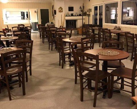 ØKT KAPASITET: ROS-hytta har utvidet kapasiteten og satt inn nye bord og stoler.