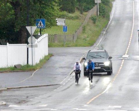 SNART: Her ankommer damene Sætre sammen med følgebilen bak. Kun et par hundre meter gjenstår...