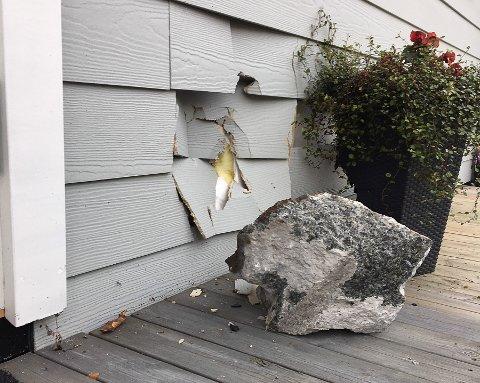 FIKK SJOKK: Beboeren hørte et smell, og skjønte at en stein hadde truffet veggen.