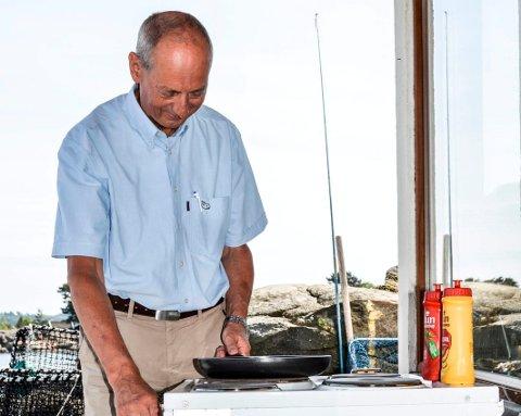 RETTSSAK: – Det er meningsløst at jeg må stå på utsiden og lage mat på denne komfyren, mener Rune Forsberg. Han har møtt staten i retten, for å få tilbake kjøkkenet i båthuset på Lofterød. Men han tapte i retten.