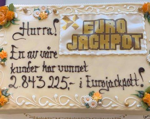 KAKEFEIRING: Kundene fikk være med og feire Eurojackpot-premien på 2,8 millioner kroner.
