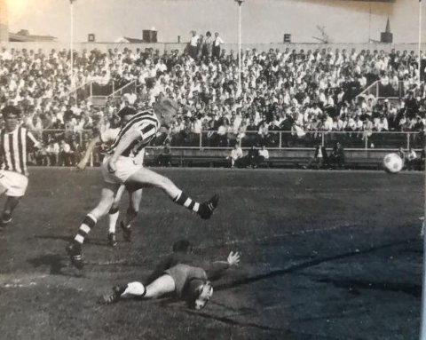 GOD SPILLER: Dag Navestad hadde en flott karriere som både fotballspiller og trener. Her er i skuddet i en gammel artikkel i SA.