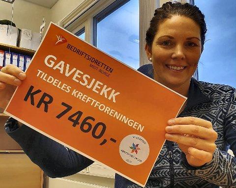 Ragnhild Dullum Knudsen med gavesjekken på 7.460 kroner etter tirsdagens mosjonsløp på Guldbergaunet.