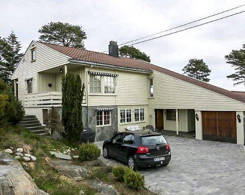 BESKJEDENT: Huset fra 1966 og står på en spennende tomt med en fantastisk utsikt som ekteparet fra Arendal falt for.