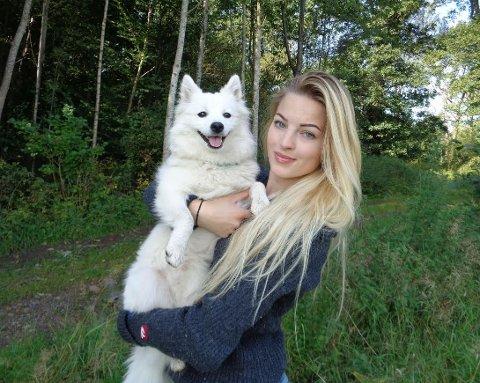 Veterinær Aja Nafstad sier at lyse hunder får flere flåttbitt enn mørke. Hennes egen hund, Onela, er ifølge Nafstad en flåttmagnet.