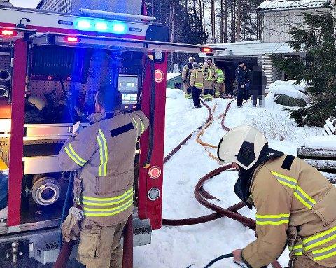 Det hadde brent i brennbar væske, ved å andre ting som sto lagret i garasjen. Brannvesenet brukte skjreslukker for å kontroll på brannen.