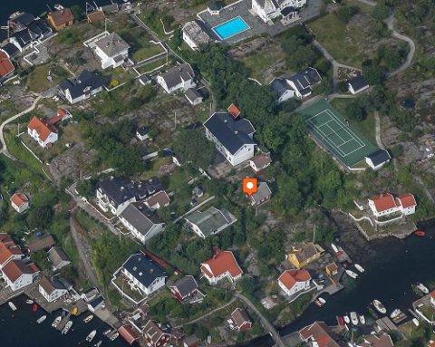 Det er boligen som er merket med pil som eierne nå søker om bopliktutsettelse på. Boligen ligger like ved Lyngør skole.