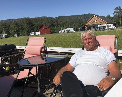 KOser seg i sola: Sven Tønnesen har funnet sitt drømmested i verden, og det er på Dølemo camping. Foto: Anne Dehli