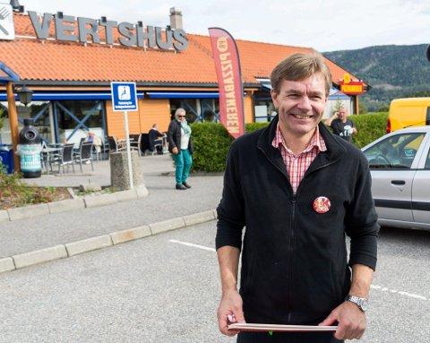 TRAVLE DAGER: For Paal Arnesen er mye E16-trafikk gode nyheter. Han har svært travle dager på Circle K på Vik.