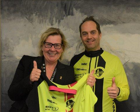 ORDFØREREN TRÅKKER TIL: Hilde Thorkildsen blir med på CK Nittedals maratonsykling, og da må hun jo være korrekt antrukket. Klubbens leder, Johan Conradson, stakk derfor nylig innom rådhuset med en CK Nittedal-trøye.