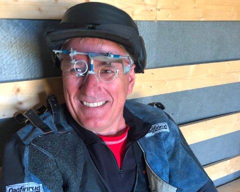 Kay Pettersen smiler brett etter å ha blitt samlagsmester i klassen for veteraner på 55 år og eldre.