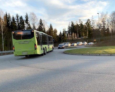 FEIL VEI: Det var under nedstengningen av Oslofjordtunnelen at det ble dannet køer torsdag etter klokken 14.00. Her tar en buss en snarvei cirka 35 minutter etter at tunnelen stengte.
