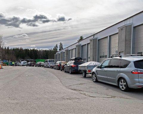 KØ: Fredag var det mye kø på alle Follo Rens stasjoner. Også lørdag må man regne med å stå i kø.