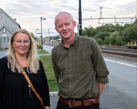 NASJONAL TRANSPORTPLAN: SV i Trøndelag vil elektrifisere jernbane. Her er toppkandidatene til Stortinget, Lars Haltbrekken og Hilde M.G Danielsen på Oppdal stasjon.