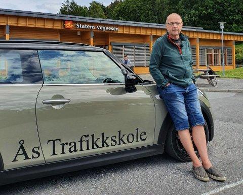 Jan Taje ved Ås trafikkskole er litt oppgitt over at mange stoler kun på hjemmetestene før teoriprøven.