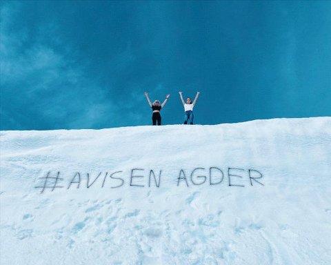 SOMMER OG SNØ: Pinsen har bydd på fantastisk vær. Ina Eftestøl og Pernille Stokka Espeland på bildet.
