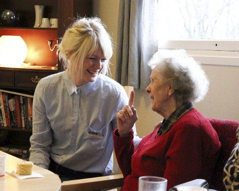 Evelyn Vatningen (90) setter stor pris på sangstundene ved pianoet i tredje etasje.