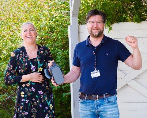 Jubler: Synnøve Johansen (spesialsykepleier) og Vidar Øyen (virksomhetsleder) på Vollsletta sykehjem er nå glade for å gi beboerne muligheten til å bruke VR-briller.