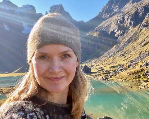 I MOT: Cecilie Sørensen er skeptisk til planene om landbasert oppdrettsanlegg på Feøya.