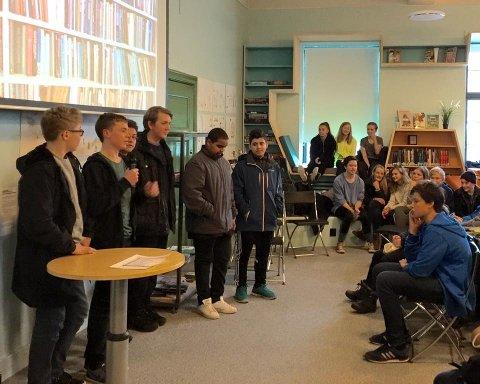 Elevene i klassene 9E og 9F ved Rothaugen skole presenterer utfordringer ved filmingen og meninger om boken de har lest før boktraileren vises på lerretet i U-rommet ved Bergen offentlige bibliotek.