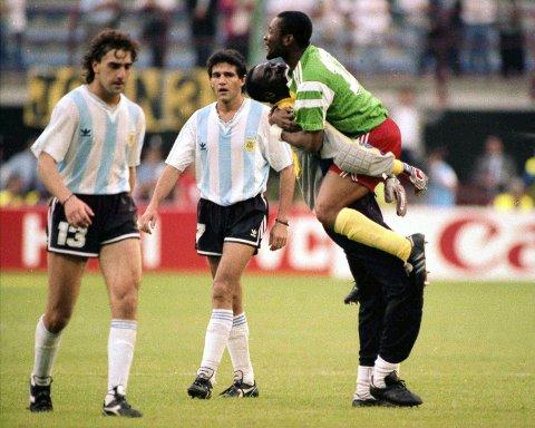 Nok en skuffelse for Argentina i en åpningskamp. Titteholderen blir slått av et kamerunsk lag, som måtte spille nesten 30 minutter med ti mann. (Arkivfoto: NTB scanpix)