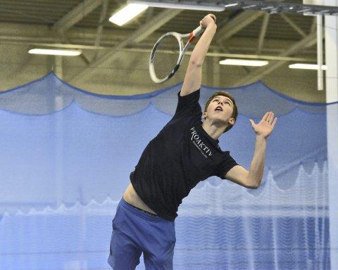 Baltazar Magnus Wiger-Nordås (15) i Paradis Tennisklubb er en talentfull og kreativ spiller. – Når man møter Baltazar, så vet man aldri hva som kommer tilbake, sier treneren. Dette bildet er fra junior-NM, som ble spilt i Bergen Tennisarena forrige uke.