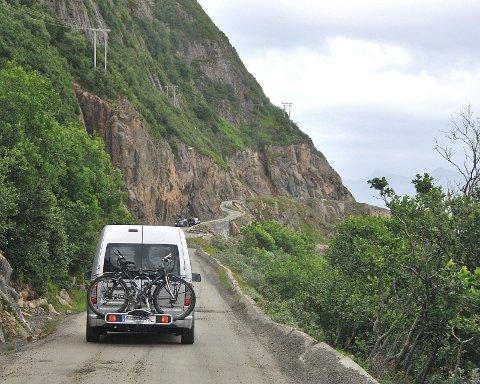 Nyksundveien har farlig kantstein som enkelte steder ligger flatt og er som en utskytningsrampe mot havet. (Foto: Bjørnar Hansen)