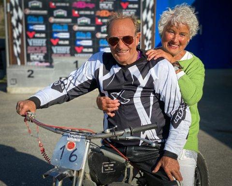 Speedway-frelst: Kjell Gimre tilbringer nesten hver tirsdag på sykkelen, mens Oddveig Gimre sørger for at syklistene fores med kaffe, kringler og vafler.