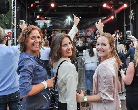BLID TRIO: Søstrene Sonja (f.v) og Nora Lovén og deres mamma Marika Guse Eilertsen koser seg med svensk allsang i Sande.