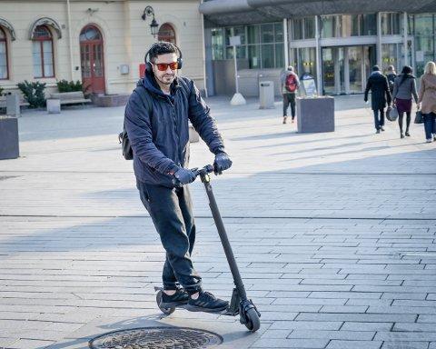MILJØVENNLIG: Forhandlere av elsparkesykler melder om stadig økende salg. Chiago Olivera (35) har kjørt elsparkesykler i to måneder. - Det er en «ren» måte å ta seg frem på, sier han.