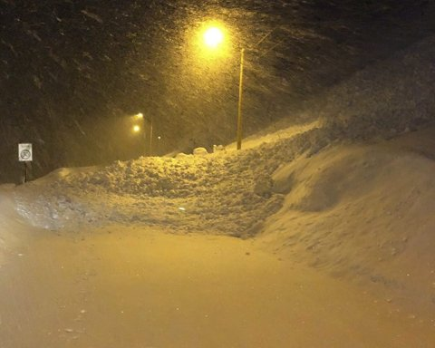 RAS: I forrige uke gikk det to ras som stengte veien til Nordvågen. Mandag sprengte Statens vegvesen ned snøen som han i fjellsidene her med helikopter og trykkbølge instrumentet «Daysi bell».