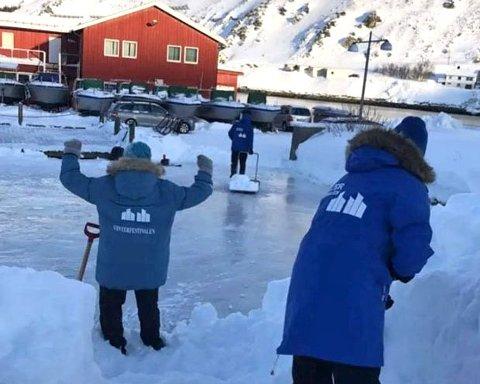 KLARGJØR SKØYTEBANE: Det er en ting som skal skje for første gang i Kjøllefjord under Nordkyn Vinterfestival.