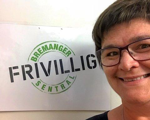 BLI MED UT PÅ MIDDAG: Bodil S. Edvardsen i Bremanger Frivilligsentral jublar for 200.000 friske kroner som skal gå til å ta eldre, heimebuande med ut på middag.