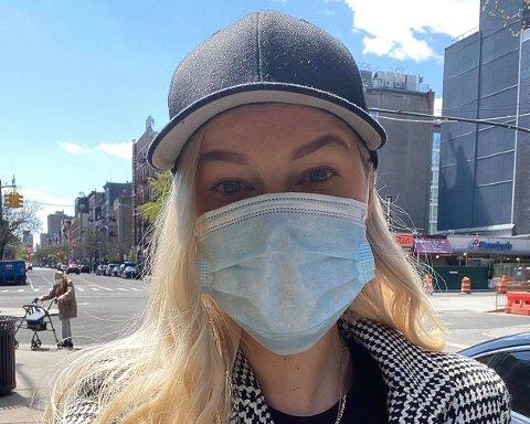 FULL MUNDUR: Om du ikkje vil ha trøbbel med politiet må du ha munnbind og hanskar om du skal ut og kjøpe mat i New York for tida.