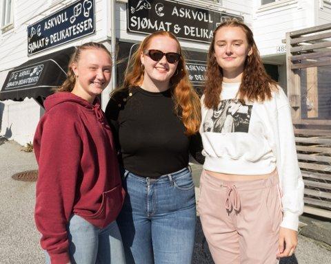 Frå venstre: Ine Høyvik Landøy (18), Ingrid Herland (17) og Martine Olset (18) i Askvoll sentrum.
